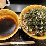立ち食いそば散歩 第196回 渋谷「なぜ蕎麦にラー油を入れるのか。」の「肉そば(中)」は、ピリ辛のつけ汁が美味