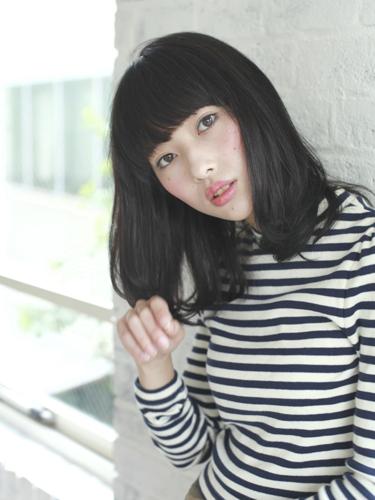 シンプルな面長×黒髪の髪型