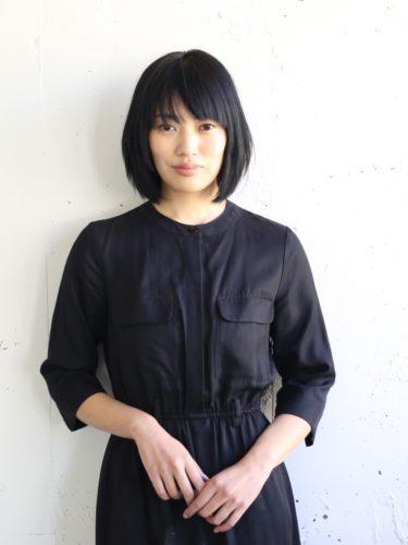 上品な雰囲気の面長×黒髪の髪型