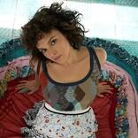 ノラ・ジョーンズ、シルバーのロングヘア姿でミステリアスに演出する「フレイム・ツイン」MV公開