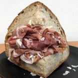 スタバ運営のパン屋でデカ盛り! 生ハムをマシマシマシマシマシにした「サンドイッチ」が贅沢すぎた / 代官山『プリンチ』