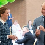 """英ウィリアム王子&キャサリン妃、病院訪問で""""人形""""をプレゼントされ笑顔"""