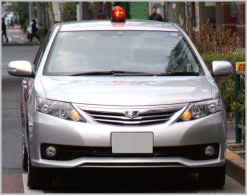 交通違反を取り締まらない覆面パトカーの判別法