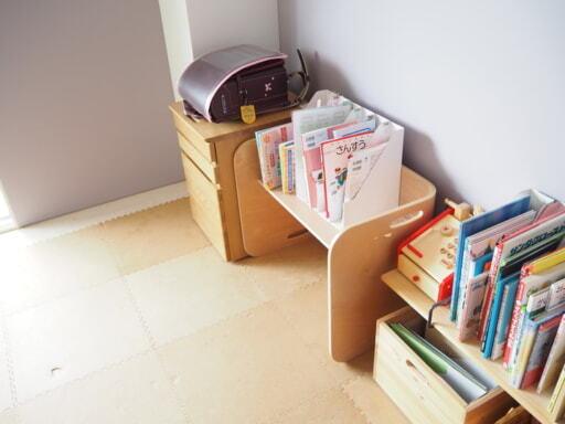 教科書やノートはワゴン隣の棚に立てて収納