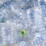 異物が入っていたり飲み残しのペットボトルを捨てるとリサイクルできない!? 消費者に求められる環境にやさしいゴミ捨て意識とは?