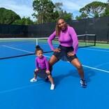 セリーナ・ウィリアムズ、2歳の愛娘が「家族の洋服をセットする」 母娘の双子ファッションも大好評
