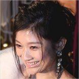 デビュー30周年で魅せた篠原涼子「女優の品格」(1)パックリ開いた胸元に目が…