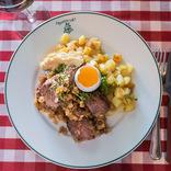 【世界ひとり飯22】北欧ストックホルムでオススメの肉料理、味の決め手はあのソース!