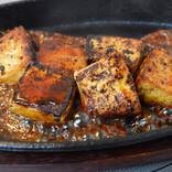 """一度冷凍してから解凍した豆腐と牛脂で作る""""ステーキもどき""""が激アツすぎ! まるで高級国産牛のように口の中で溶けるようなウマさ"""
