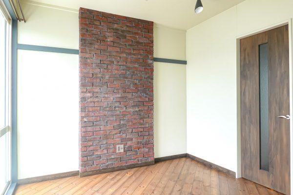 壁面の中央にレンガをあしらって
