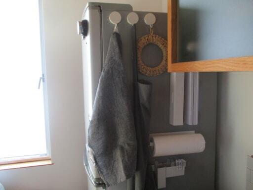 冷蔵庫横はマグネット収納で毎日使うキッチングッズの定位置に