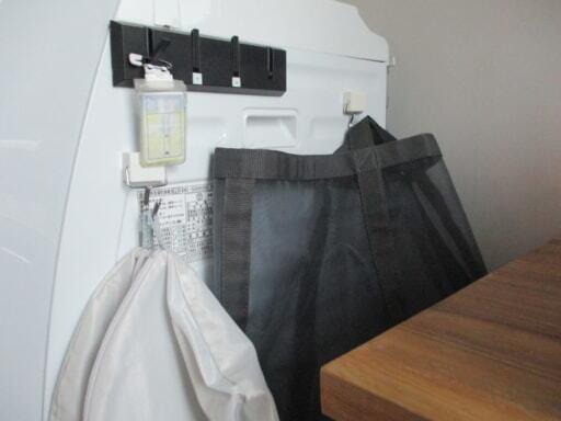 洗濯機横はマグネットで洗濯グッズを収納