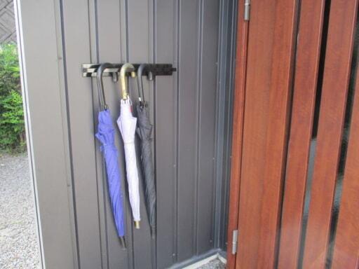帰宅後の濡れた傘は、外壁にマグネットバーを貼り付けて掛けておく