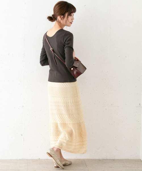 リブカットソー×スカートの服装