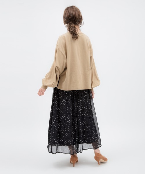 ベージュプルオーバー×スカートの服装