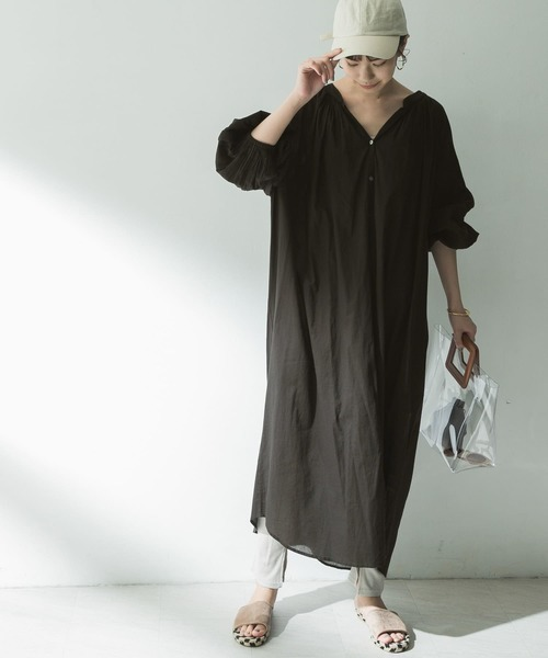 ギャザーワンピ×キャップの服装