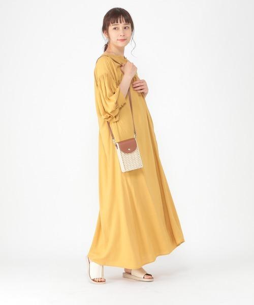 フレアワンピ×コンパクトバッグの服装
