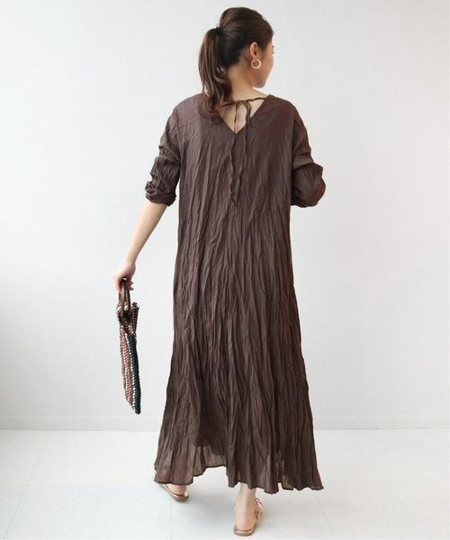 ボイルワンピ×フラットサンダルの服装