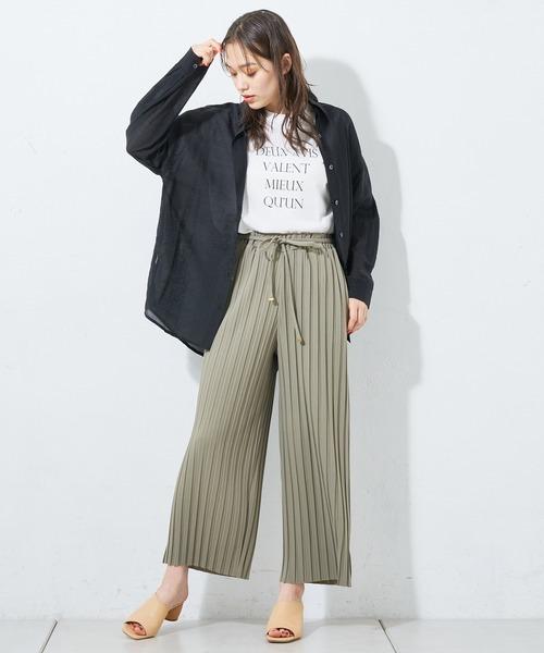 ロゴTシャツ×パンツの服装