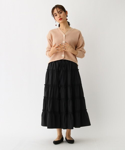 黒スカートと合わせてシックに着こなし