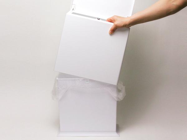 ideacoの「チューブラー キッチンフラップ」のカバーをかぶせている様子