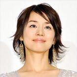 「子猫のお陰で判明」石田ゆり子、「似合わなすぎる真紅のつま先」が逆に激艶!