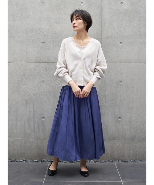 白カーディガン×青ロングスカートの秋コーデ