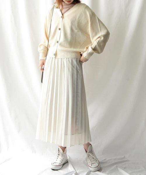 白カーディガン×白プリーツスカートの秋コーデ