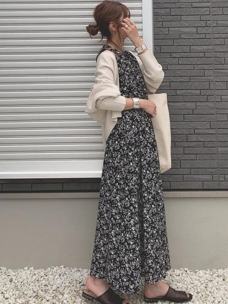 白カーディガン×花柄ワンピースの秋コーデ
