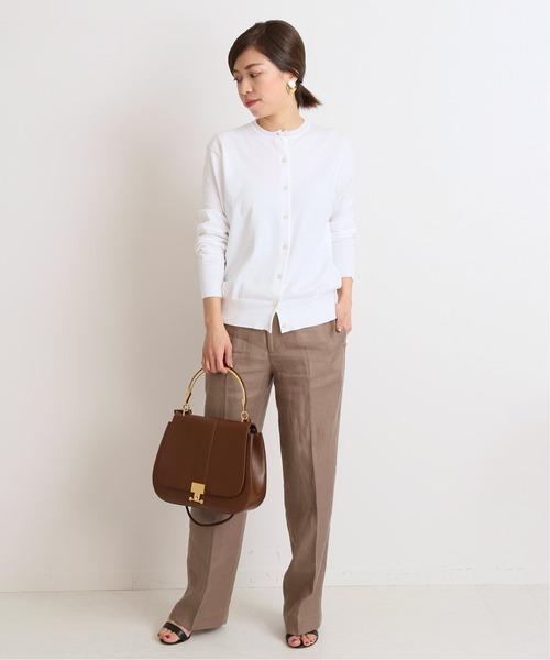 白カーディガン×茶色パンツの秋コーデ