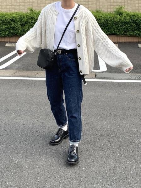 白ケーブルカーディガン×紺デニムの秋コーデ