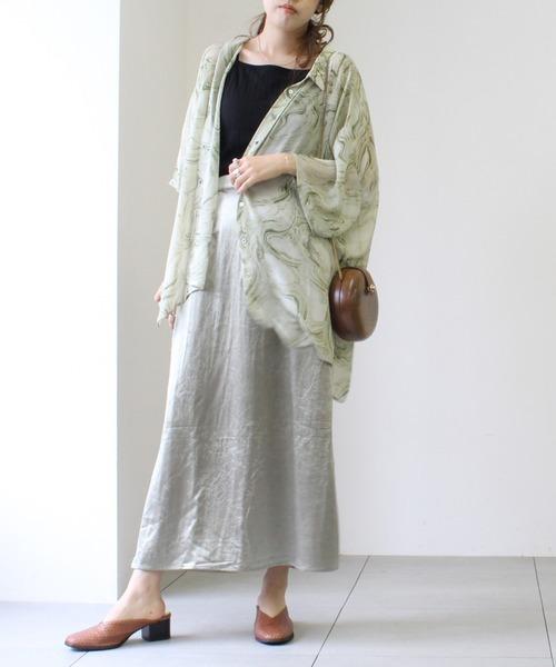 マーブルシアーシャツ×サテンスカート