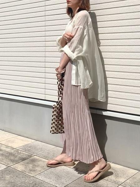 シアーシャツ×プリーツスカート