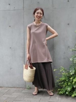 ノースリーブ&ロングスカートはアラフォー女性が取り入れやすいバランス 出典:WEAR