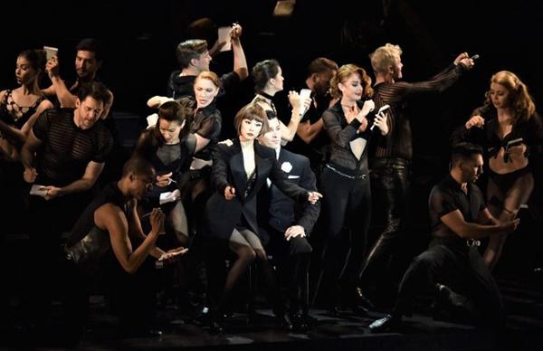 『シカゴ』でヴォードヴィル・スタイルのナンバーを披露する、主演の米倉涼子(中央)とキャスト  ((C)CHICAGO 2019ブロードウェイ公演)