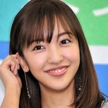 板野友美がウィンクを披露しファン熱狂 「下手っぴ…」「超絶可愛い」