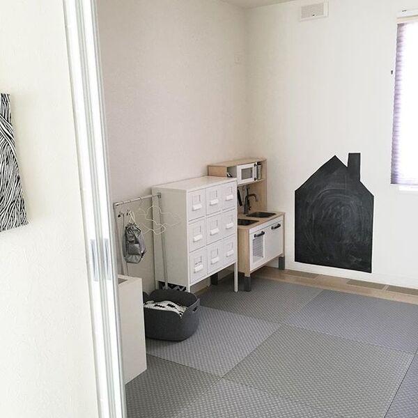 モダンな和室にしたいなら黒系に白い壁紙の内装