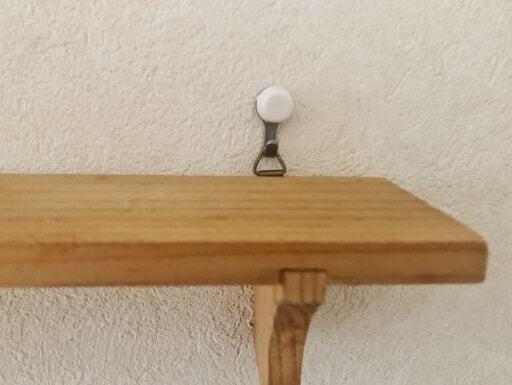 木製ウォールラックは石膏ボード用フックを壁に取り付け、三角の金具を引っ掛けて使うとより安心