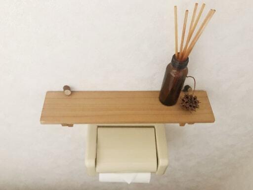 トイレではセリア「インテリア木製ウォールラック」に香りのアイテムを飾って