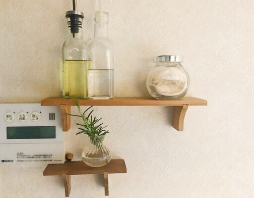 キッチンではセリア「インテリア木製ウォールラック」にスパイス類を収納
