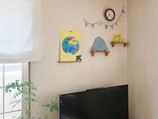 リビングにはセリア「インテリア木製ウォールラック」で子どもの作品をギャラリー風に