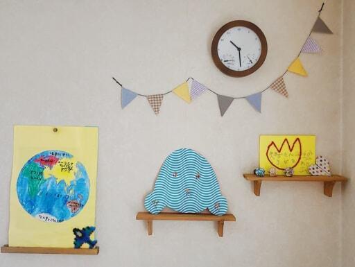 セリア「インテリア木製ウォールラック」に子どもの作品を展示。作品の入れ替えもラク