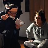 亀梨和也、ヘアバンド・メガネ・噴水前髪で真剣な表情…主演映画裏側写真