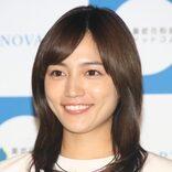 川口春奈、ブリをさばく動画が大反響 「殺人現場みたい」「顔が面白い」