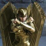 """黄金に輝くゴールドアーマーをまとった最強戦士! ワンダーウーマンの必殺技""""ガントレット・クラッシュ"""""""