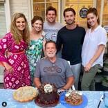 アーノルド・シュワルツェネッガーが73歳に 元妻&子供達が揃って祝福 写真撮影はクリス・プラット?