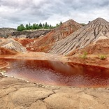 ロシアの川がオレンジに染まる。原因は廃銅鉱山