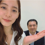 新木優子、小手伸也の手乗りソーシャルディスタンス写真