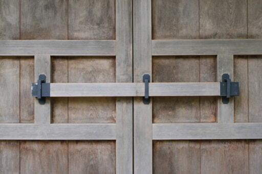 門が開かないようにする閂