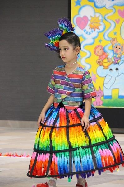 折り鶴を再利用したドレス「希望のドーム」